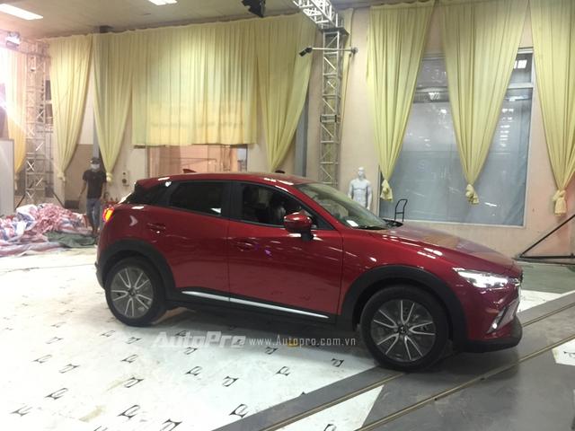 Tối muộn ngày 3/10/2016, Mazda CX-3 mới được đưa tới triển lãm để chuẩn bị trưng bày.