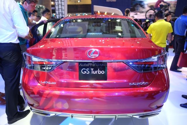 Cụm đèn hậu LED tạo hình chữ L dạng 3D đặc trưng của Lexus kết hợp với thiết kế bộ đôi ống xả thể thao và khe thoát gió dưới tăng tính thể thao và khí động học. Lexus GS200t được trang bị mâm đúc hợp kim đa chấu 18-inch.