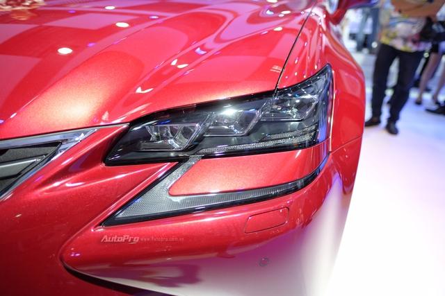 Cụm đèn LED 3 bóng kết hợp hài hòa với dải đèn LED ban ngày hình chữ L tách rời tạo đôi mắt sắc xảo cho xe.