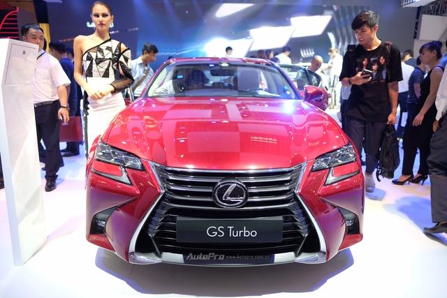 Mẫu sedan hạng sang của Lexus GS200t sở hữu ngoại hình trẻ trung hơn hẳn ấn tượng thường thấy của hãng xe sang Nhật Bản. Lưới tản nhiệt hình con suốt dạng 3D đặc trưng là điểm nhấn thường thấy trên các mẫu Lexus hiện đại.
