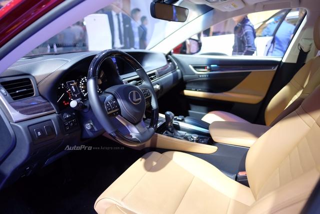Nội thất xe vẫn đảm bảo tính sang trọng và tinh tế của các mẫu Lexus. Ghế lái và ghế hành khách phía trước điều chỉnh điện 18 hướng, bao gồm nhớ 3 vị trí, chức năng điều chỉnh độ phồng lưng ghế và khoảng trượt 260mm, tích hợp tính năng làm mát.  Âm thanh 3 chiều sống động với hệ thống âm thanh vòm cao cấp 17 loa DVD Mark Levinson kèm màn hình hiển thị 8 inch với độ phân giải cao vẫn luôn là đặc sản của Lexus.