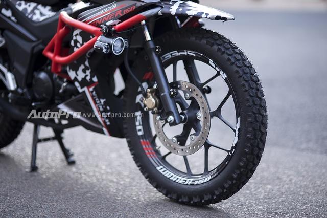 Lốp nguyên bản của Honda Winner 150 được thay bằng bộ lốp gai cỡ lớn giúp tăng khả năng offroad của xe.