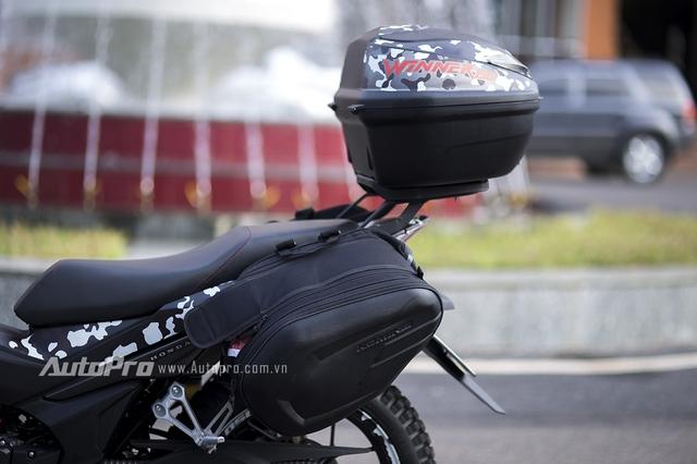 Để tăng thêm sự tiện dụng, Honda Winner 150 được trang bị thêm túi đồ hai bên hông và thùng đồ GIVI phía sau.