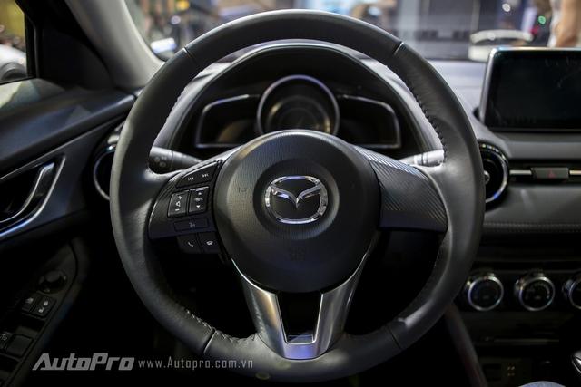 Mazda CX-3 được trang bị vô-lăng ba chấu thể thao cùng nút bấm điều khiển bên trái.