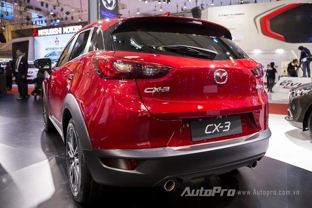 Đuôi xe của Mazda CX-3 khá tương đồng với CX-5 nhưng nhỏ gọn hơn. Bên cạnh đó là cặp ống xả kép nổi bật.