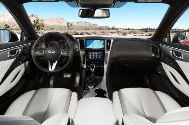 Bên trong khoang lái của Infiniti Q60 Coupe có các hệ thống giải trí như dàn âm thanh Bose 13 loa hoàn toàn mới. Đây là lần đầu tiên hệ thống âm thanh này được dùng cho một mẫu xe thương mại. Đó là còn chưa kể đến hệ thống thông tin giải trí InTuition mới nhất.