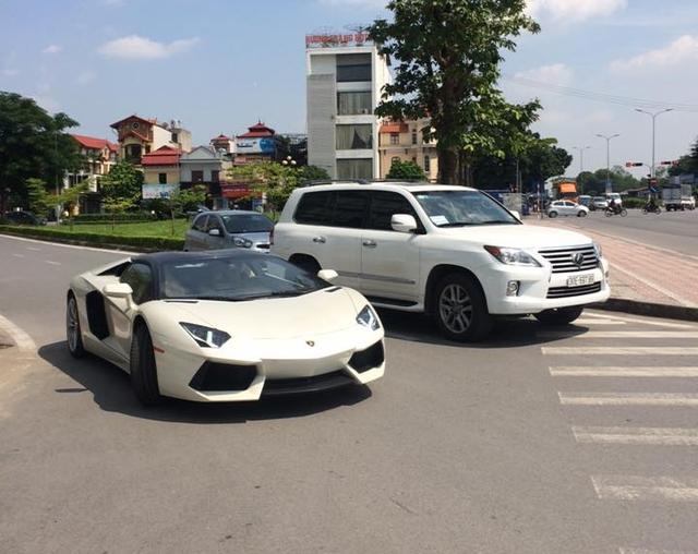 Như vậy cả hai chiếc Aventador mui trần hiện đang cư trú tại Hà Nội. Ảnh: Tiến Đạt.