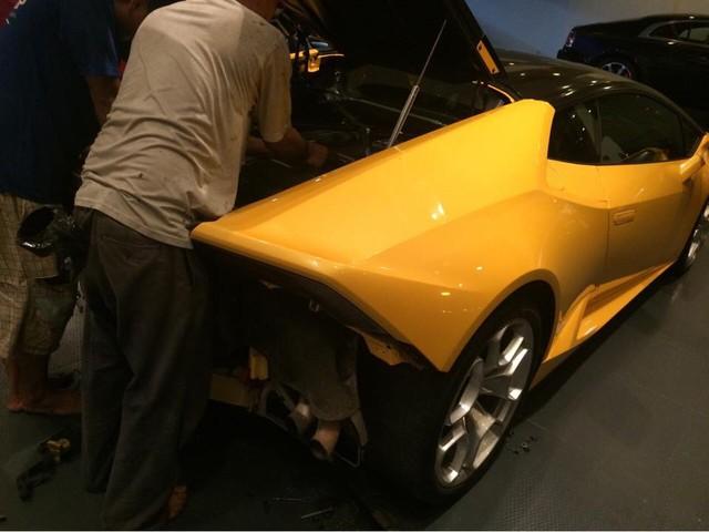 Những người thợ đang lắp đặt ống xả độ slip-on của Akrapovic vào siêu xe Lamborghini Huracan.