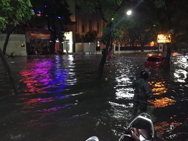 Gần đó là con phố Trần Hưng Đạo cũng chịu chung cảnh ngộ. Trong ảnh là một chiếc xe ô tô đang chìm trong biển nước. Ảnh: Mai Đoàn