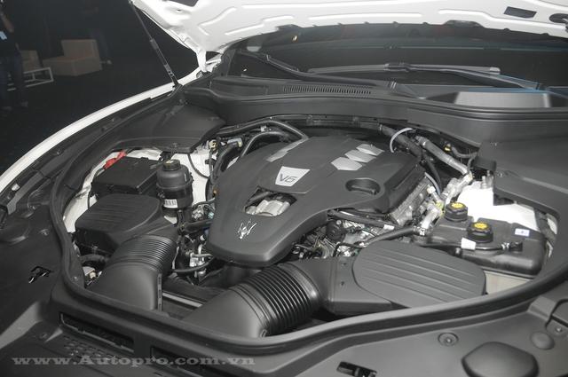 Maserati Levante bản tiêu chuẩn, sử dụng động cơ V6, tăng áp kép, dung tích 3.0 lít, sản sinh công suất tối đa 350 mã lực tại vòng tua máy 5.750 vòng/phút và mô-men xoắn cực đại 500 Nm tại vòng tua máy từ 4.500 - 5.000 vòng/phút. Maserati Levante tăng tốc từ 0-100 km/h trong thời gian 6 giây.