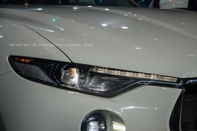 Bên trên lưới tản nhiệt là cụm đèn pha Bi-xenon, tích hợp dải đèn LED định vị ban ngày. Hai đèn pha được nối với nhau bằng một dải crôm mỏng ở giữa. Bên dưới là đèn sương mù hình tròn và hốc gió.