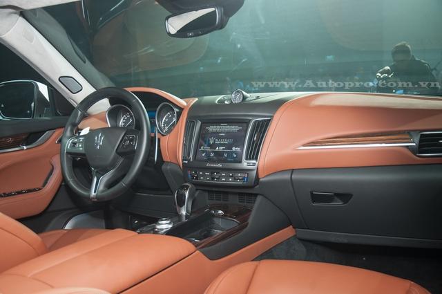 Bước vào bên trong khoang lái, Maserati Levante có ghế ngồi, bảng táp-lô và một số chi tiết được bọc chất liệu da cao cấp. Những khu vực còn lại đều được bọc bằng chất liệu mềm mại.