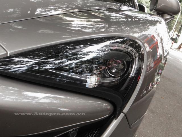Về tổng thế thiết kế, 570S khá giống với siêu xe hàng hot 650S, tuy nhiên, so với đàn anh, siêu xe sport series có phần cản trước thiết kế lại với hai khe hốc gió phía trước được thu nhỏ lại. Ngoài ra, phần đèn pha hình lưỡi liềm trên 570S có thiết kế đầy đặn hơn so với 650S.