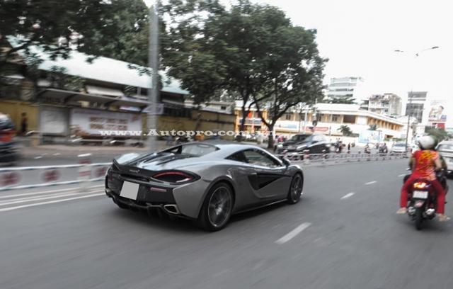 Ngoài chiếc McLaren 570S màu bạc của Cường Đô-la, còn có một chiếc khác mang ngoại thất màu cam nổi bật hiện đang định cư tại Hà Nội.