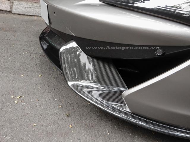 McLaren 570S 2016 đầu tiên xuất hiện tại Việt Nam sở hữu ngoại thất màu bạc đi kèm là nội thất tông màu da bò. Ngoài ra còn có các chi tiết như ốp cửa xe, gương chiếu hậu, cản va và cánh lướt gió trước/sau cùng một số chi tiết bên trong khoang lái bằng chất liệu sợi carbon làm điểm nhấn thiết kế