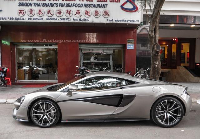 Đây là chiếc McLaren 570S đầu tiên xuất hiện tại Việt Nam vào tối ngày 19/7, sau vài tuần nằm chờ khách tại một công ty nhập khẩu tư nhân quận 5, siêu xe này chính thức về tay doanh nhân Quốc Cường.