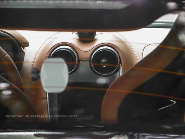 Một màn hình TFT phía sau vô lăng thiết kế đẹp mắt và thể hiện nhiều thông số cơ bản của xe, chủ nhân của 570S có thể theo dõi các chế độ lái qua màn hình này.