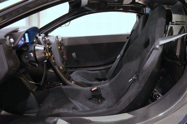 Chưa hết, trong khoang lái còn có bộ ghế thể thao theo phong cách xe đua DTM. Bên cạnh đó là khung ghế bằng sợi carbon và dây đai an toàn 6 điểm. Hãng McLaren cho biết, ghế người lái trong P1 GTR được cài đặt đặc biệt theo đặc điểm của chủ sở hữu và gắn trực tiếp vào khung xe để giảm trọng lượng.