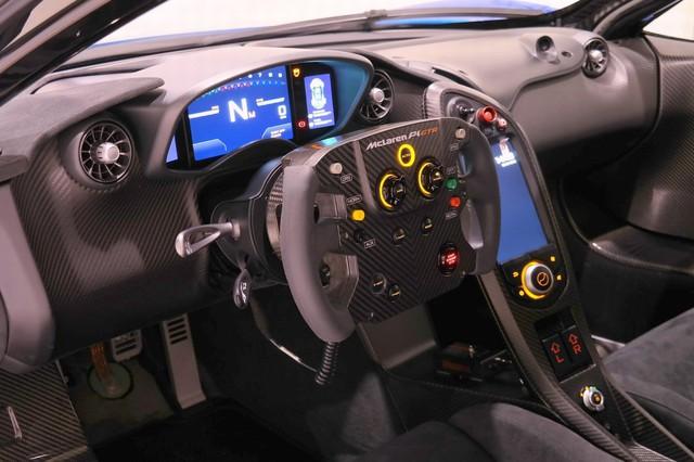 Nội thất của McLaren P1 GTR có thiết kế khá tối giản với điểm nhấn nằm ở vô-lăng mới, lấy cảm hứng từ dòng xe đua McLaren MP4-23 2008 từng chiến thắng tại giải đua Công thức 1.