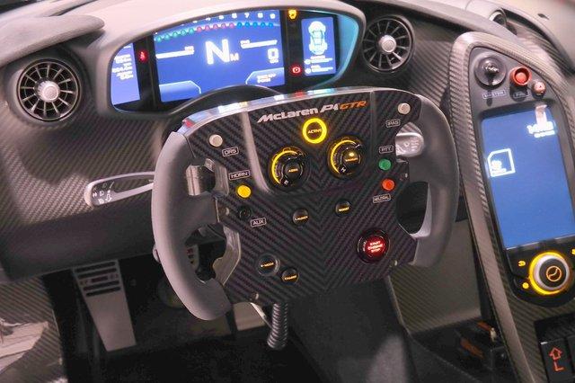 Trên vô-lăng của McLaren P1 GTR xuất hiện khá nhiều nút bấm và công tắc với màu sắc nổi bật. Nhờ đó, người lái có thể điều khiển các hệ thống điện tử quan trọng của xe mà không phải rời tay khỏi vô-lăng. Các nút bấm của hệ thống giảm lực cản DRS và hỗ trợ tăng công suất lập tức IPAS cũng nằm trên vô-lăng