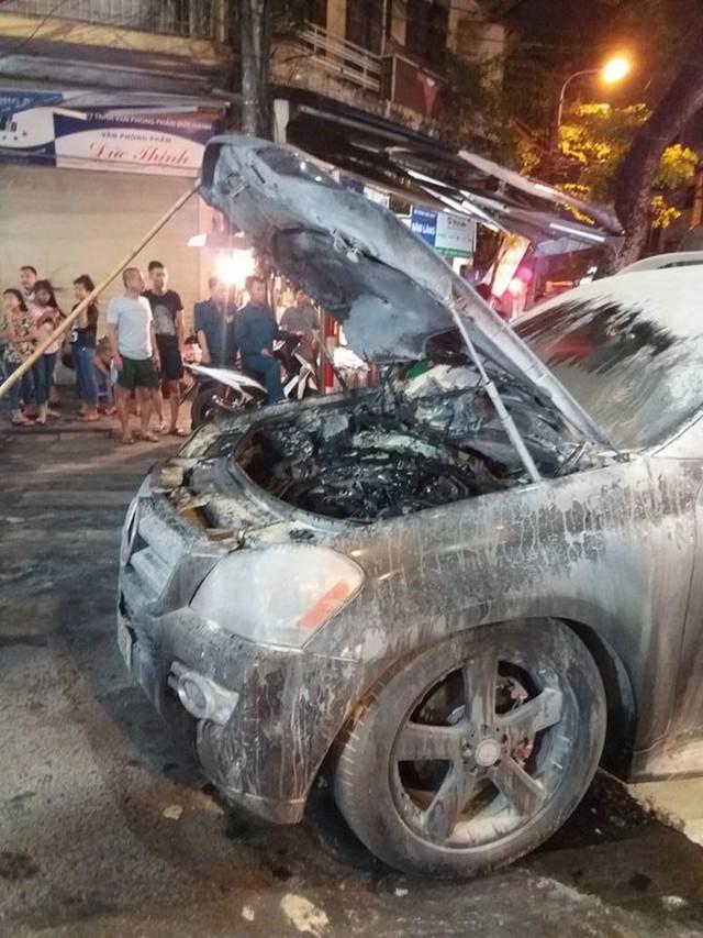 Ngọn lửa bắt nguồn từ khoang động cơ của chiếc Mercedes-Benz GL450. Ảnh: Facebook.