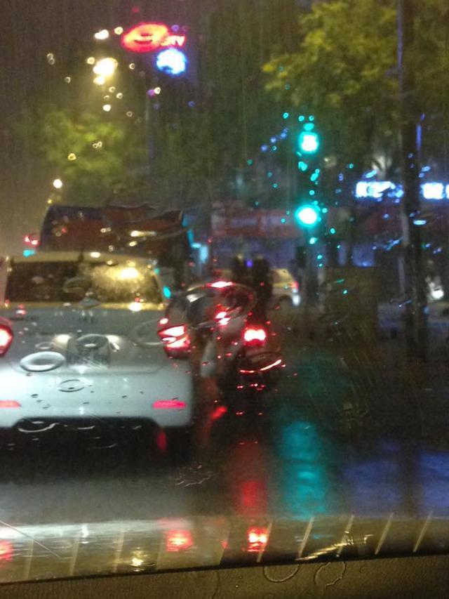 Chiều tối ngày 20/8, cơn bão Thần Sấm đã suy yếu thành áp thấp nhiệt đới nhưng vẫn gây ảnh hưởng đến khí hậu của khu vực phía Bắc. Tại thành phố Hà Nội đã có một cơn mưa kéo dài khoảng 2 tiếng đồng hồ. Đây là nguyên nhân khiếnn nhiều tuyến đường có hiện tượng lụt lội và nhiều phương tiện không thể di chuyển. Ảnh: Phan Duy