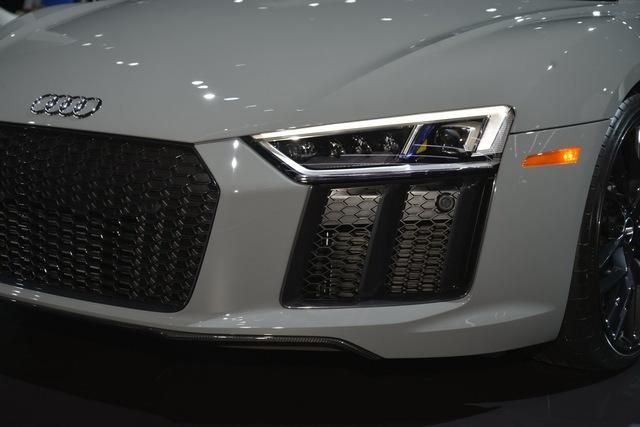 Để các nhà chức trách FEDS của Mỹ không tuýt còi, hãng xe hạng sang đến từ Đức thiết lập sao cho hệ thống đèn pha laser tự động bật khi xe chạy ở tốc độ trên 64 km/h. Đây cũng là biện pháp nhằm tránh tình trạng đèn pha laser có thể làm chói mắt người lưu thông ngược chiều trên phố đông.
