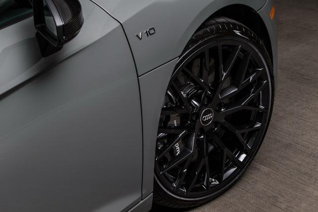 Audi R8 V10 Plus Exclusive Edition vẫn được trang bị la-zăng 20 inch đa chấu đi kèm phanh gốm-carbon như bản tiêu chuẩn.