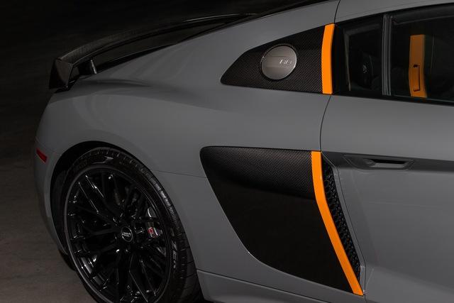 Một sọc cỡ lớn màu cam xuất hiện bên hông siêu xe hàng hiếm Audi R8 V10 Plus Exclusive Edition cũng là điểm nhấn ở ngoại hình.