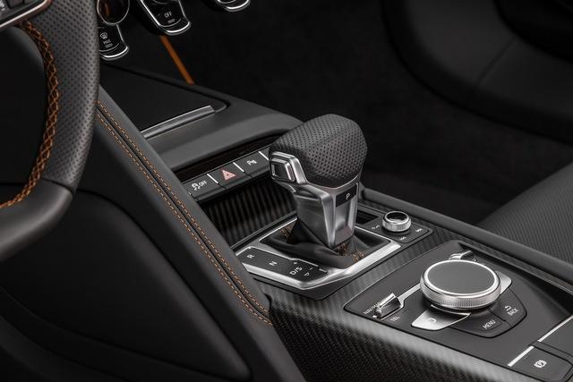 Kết hợp với hộp số ly hợp kép 7 cấp S-Tronic được thiết kế mới, động cơ giúp siêu xe Audi R8 V10 Plus 2016 chỉ mất 3,2 giây để tăng tốc lên 100 km/h từ vị trí xuất phát trước khi đạt vận tốc tối đa 330 km/h.