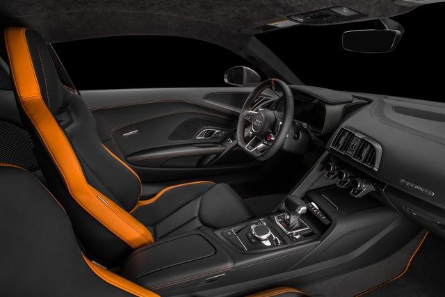Bên trong khoang lái, siêu xe hàng hiếm Audi R8 V10 Plus Exclusive Edition cũng đi kèm 2 màu xám và cam, tạo cảm giác tông xuyệt tông với ngoại thất.