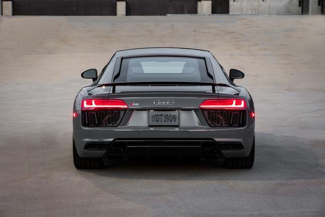 Audi R8 là một trong những mẫu siêu xe đi tiên phong trong phong trào sử dụng công nghệ đèn LED . Đằng sau xe có đèn hậu dạng LED được thiết kế khá sexy.