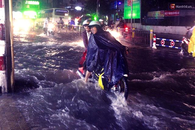 Tuyến đường Võ Văn Ngân chìm trong biển nước sau cơn mưa lớn.