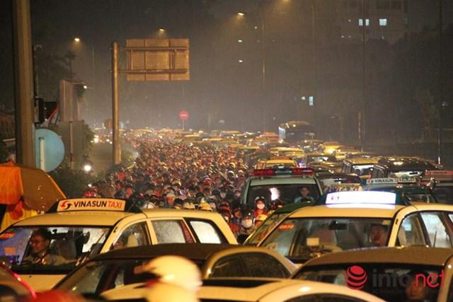 Bắt đầu từ 17h ngày 7/10, mưa xối xả tại các quận như Tân Bình, Thủ Đức, Bình Thạnh… đã khiến một số tuyến đường ùn ứ nghiêm trọng. Riêng khu vực cửa ngõ sân bay Tân Sơn Nhất bắt đầu ùn ứ từ khoảng 17h 30 và kéo dài hàng chục phút. Các tuyến đường như Cộng Hòa, Hoàng Văn Thụ, Hồng Hà… hàng ngàn phương tiện di chuyển khó khăn. Trong ảnh là đường Hồng Hà.