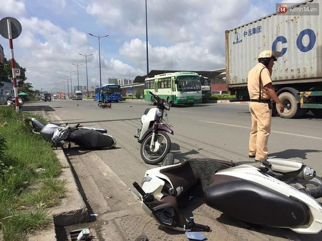 Các xe máy nằm ngổn ngang trên đường