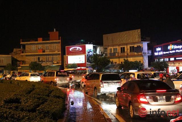 Tắc đường bắt đầu từ vòng xoay Nguyễn Thái Sơn (Q. Gò Vấp) tới đường Hồng Hà hướng thẳng tới sân bay