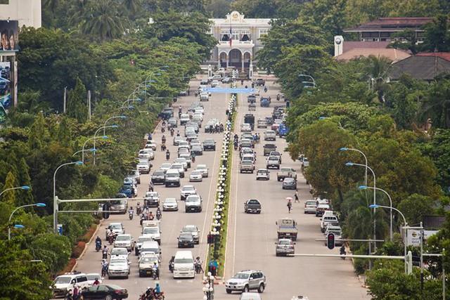 Xe hơi tại Lào rẻ đáng kể so với Việt Nam - Ảnh 1.