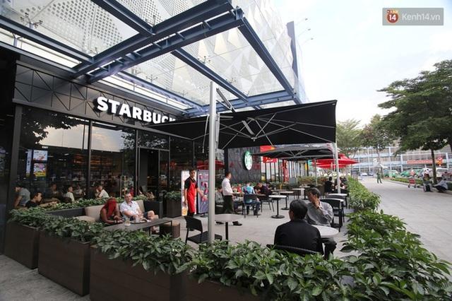 Toàn bộ mặt tiền tầng trệt tiếp giáp với Nhà ga quốc nội có các cửa hàng dịch vụ thức ăn và nước giải khát với các thương hiệu nổi tiếng như Starbucks, McDonal, Highlands Coffee, R&B Tea, Stop Coffee Go...