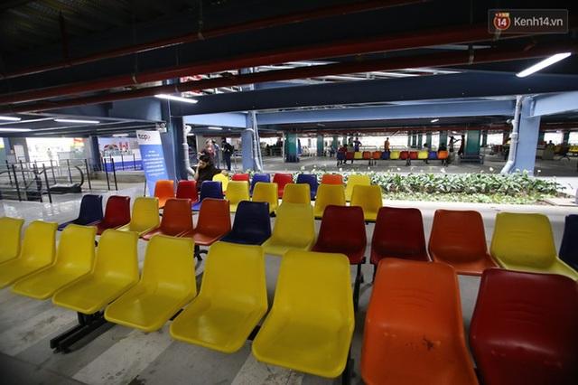 Dưới tầng trệt lắp ghế nhựa, có sảnh cho khách ngồi chờ và cả nước uống miễn phí.