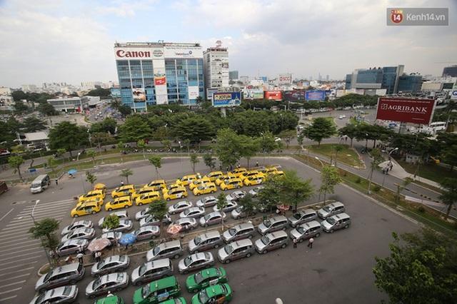 Phía trước nhà xe là khu vực dành cho xe taxi ngay trước lối vào nhà xe, có thể cho khoảng 120 xe đỗ tại đây.