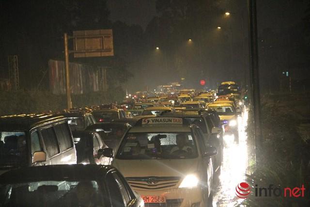 Cả ngàn chiếc xe máy, ô tô chết đứng dưới mưa trên đường Hồng Hà