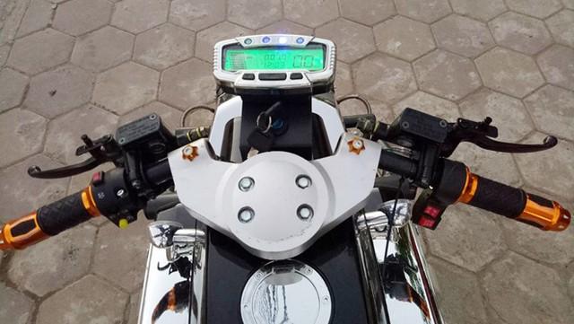 Hệ thống an toàn với phanh đĩa trước, sau. Phía trước đầu xe trang bị 2 đèn LED cùng cụm đồng hồ điện tử. Với 6 bình ắc-quy, công suất 1.500W, điện áp 70V, chiếc xe có thể đạt tốc độ tối đa 80 km/h. Người lái cũng có thể lùi nhờ số tích hợp trên xe.