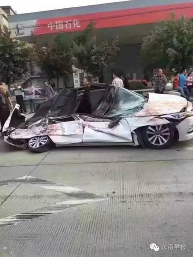 Chiếc xe con bị hư hỏng nặng sau vụ va chạm.