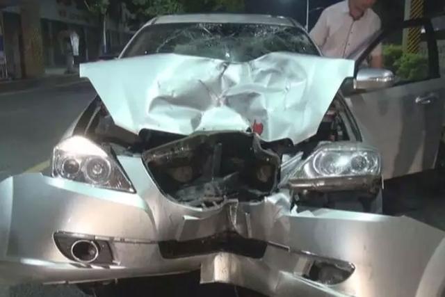 Đầu chiếc ô tô gây tai nạn bị biến dạng nghiêm trọng.