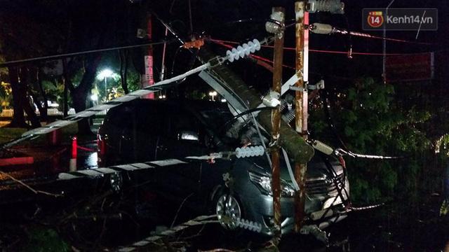 Rất may vụ tai nạn không có thương vong về người, tài xế xe 4 chỗ bị kẹt đã chui ra được bằng cửa sau.