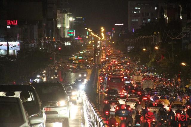 Tương tự tại công viên Hoàng Văn Thụ (Q. Tân Bình tình trạng các xe di chuyển vô cùng khó khăn, xếp hàng dài nhiều km. Cụ thể, trên cầu Lăng Cha Cả hướng về Cộng Hòa và Lăng Cha Cả hướng về Phan Đăng Lưu