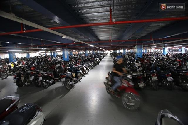 Toàn bộ các tầng gửi xe có sức chứa gần 2.000 ô tô và 6.000 xe máy.