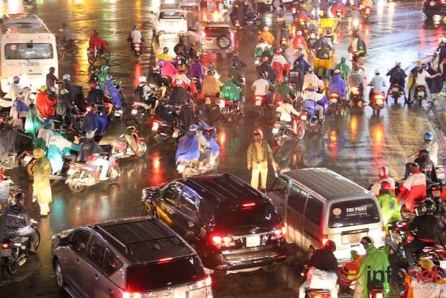 Cảnh sát giao thông phân luồng tại khu vực cầu vượt Lăng Cha Cả