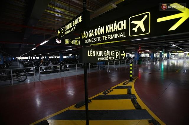 Khắp nơi trong bãi gửi xe đều gắn các biển báo cụ thể để hướng dẫn hành khách.