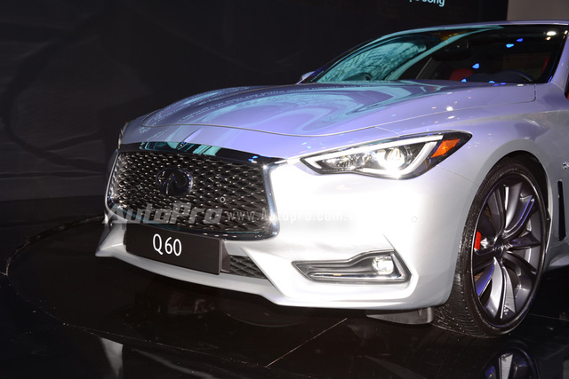 Ở phần đầu xe, Infiniti Q60 Coupe trông cá tính với lưới tản nhiệt lớn dạng trăng lưỡi liềm.